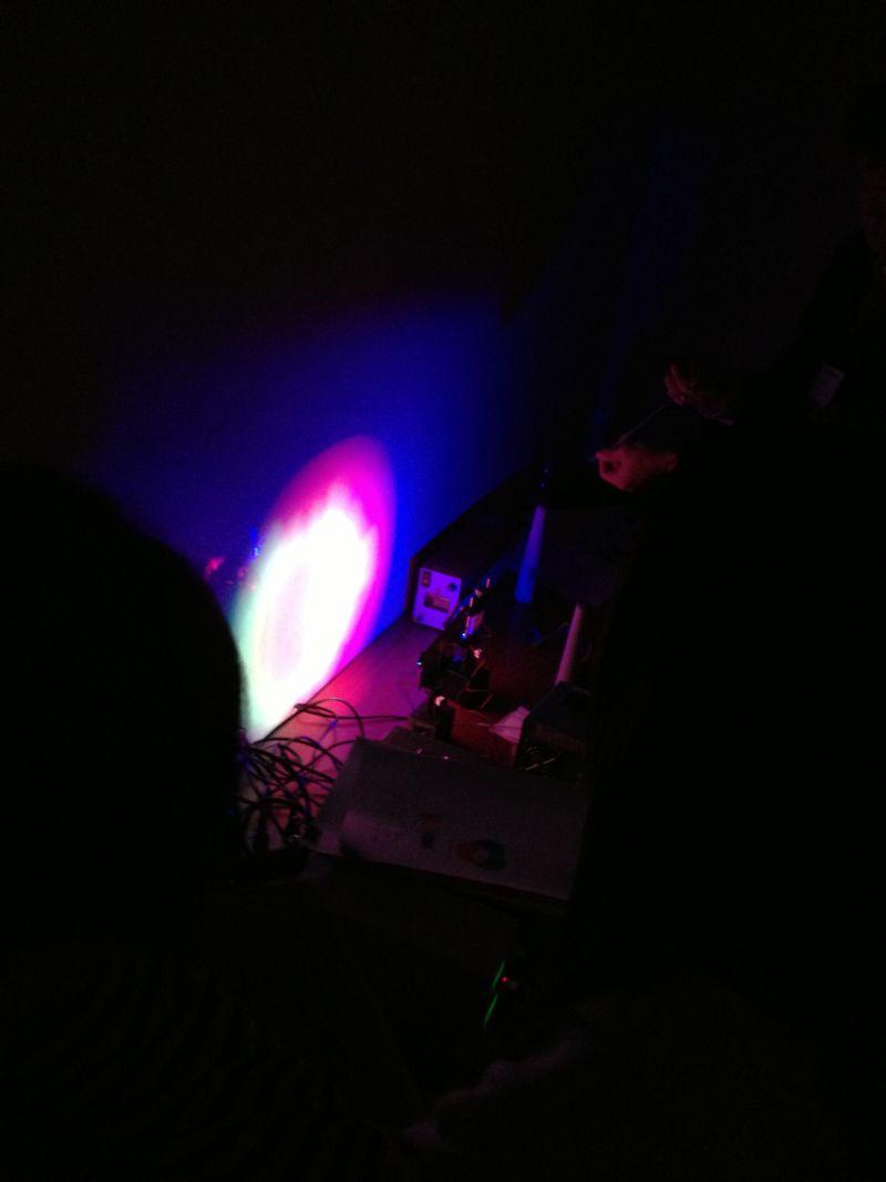 暗室に入って,光を操る発展編.光を分ける.光を混ぜる. 光は綺麗で,奥深いです.