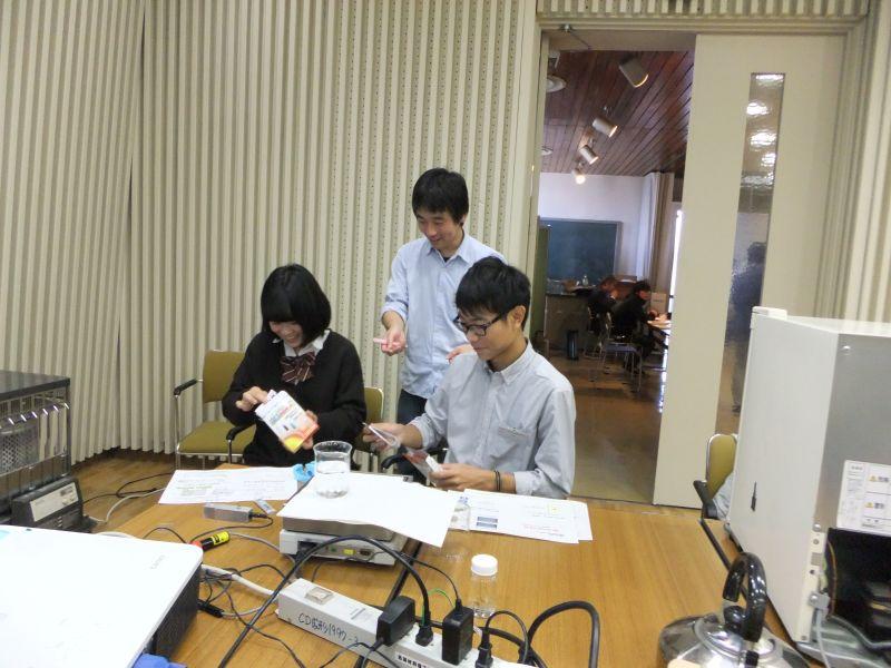 今回の体験入学会は市販の理科実験教材を使いました. 研究室で使われている装置で扱えば,ぐっと学問に近づきます.