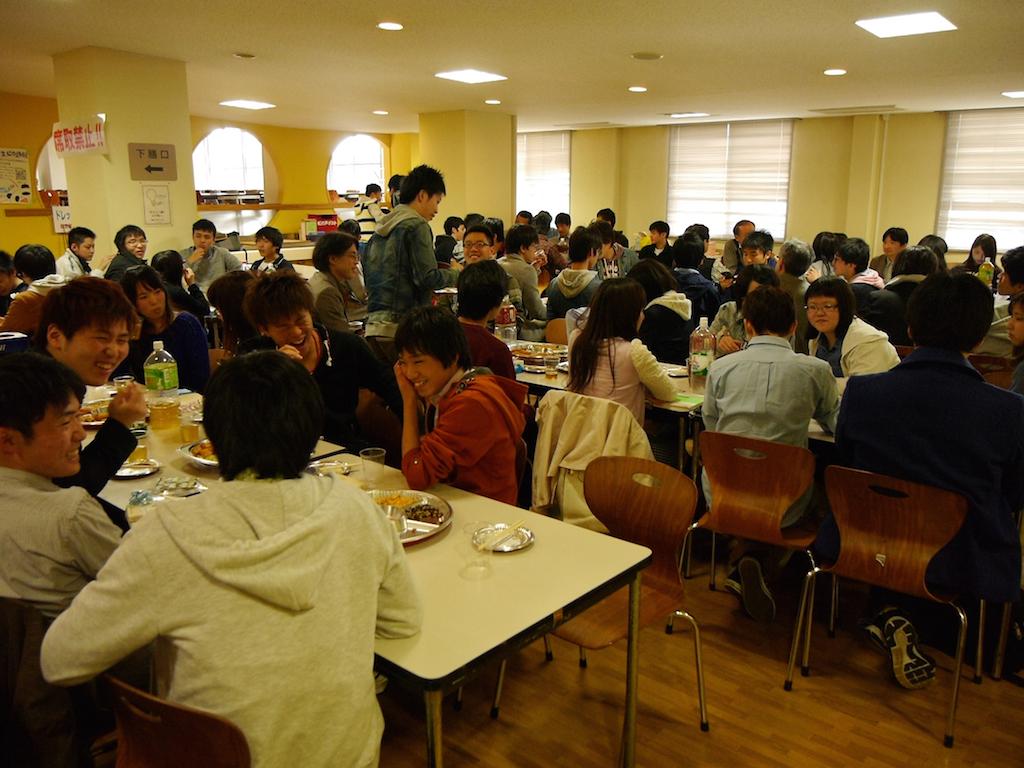 新入生交歓会を大学学生会館の食堂で行いました.