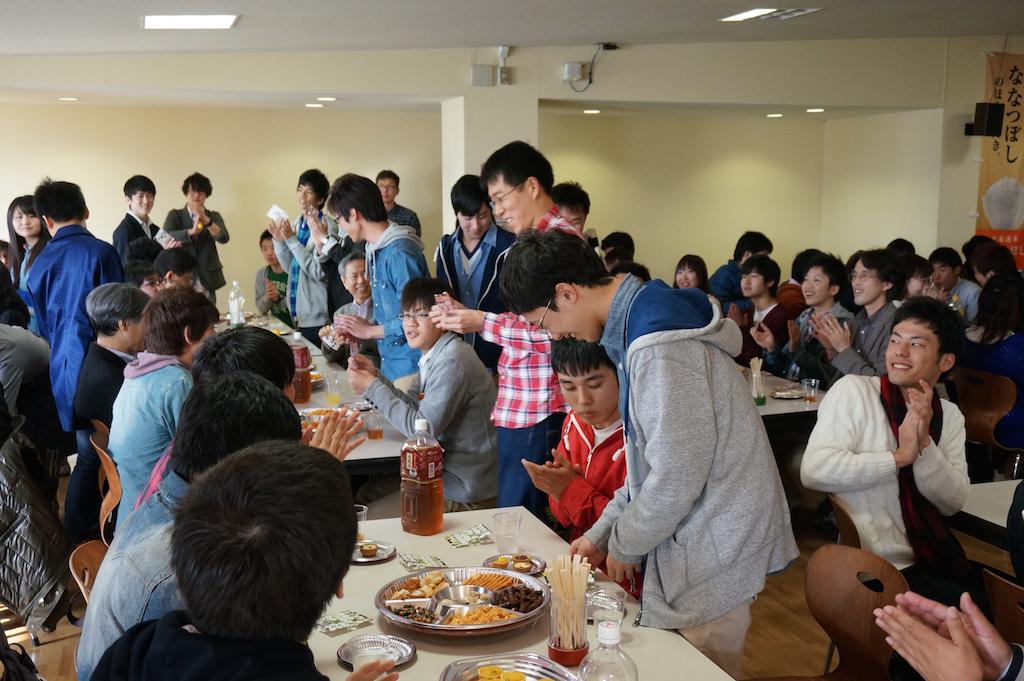 学生,教員一緒にビンゴゲームを楽しみました.
