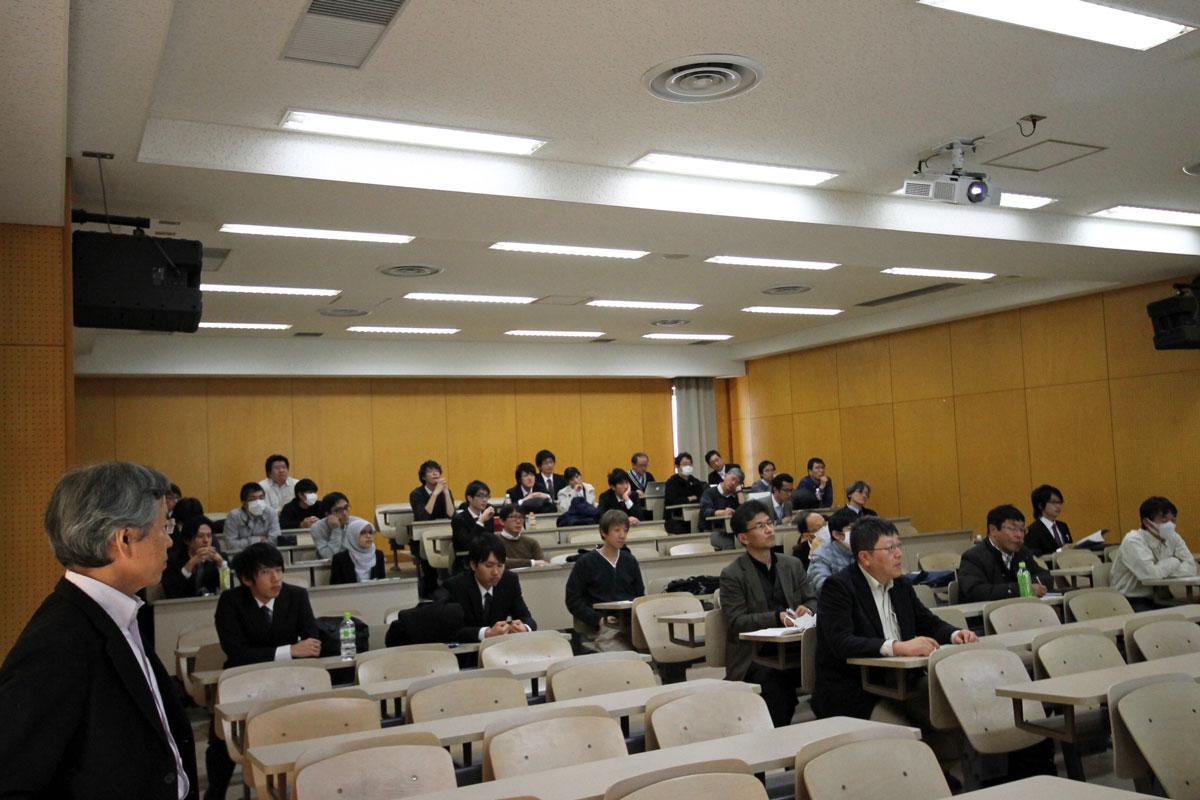 発表会場。教員による司会のもと卒論発表会がスタートしました。